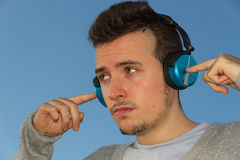 Jonge Mens met Hoofdtelefoonsmuziek Stock Fotografie