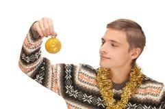 Jonge mens met Kerstmisbal Stock Fotografie