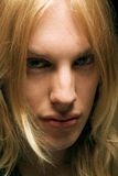 Jonge mens met lang blond haar royalty-vrije stock foto
