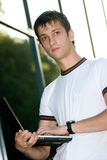 Jonge mens met laptop Royalty-vrije Stock Afbeelding