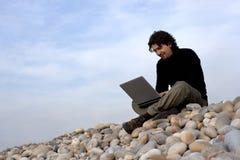 Jonge mens met laptop computer in in openlucht stock afbeeldingen