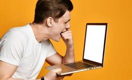 Jonge mens met laptop royalty-vrije stock fotografie