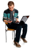 Jonge mens met laptop en mobiele telefoon Royalty-vrije Stock Afbeelding
