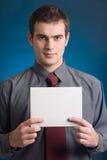 Jonge mens met lege notakaart Stock Afbeeldingen