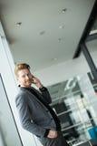 Jonge mens met mobiele telefoon Stock Afbeelding
