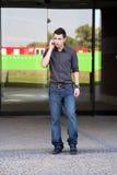 Jonge mens met mobiele telefoon Stock Foto's