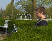 Jonge Mens met Openlucht Laptop stock fotografie