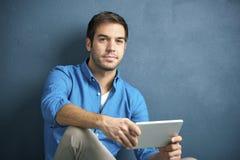 Jonge mens met PC-tablet royalty-vrije stock fotografie