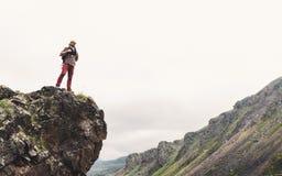 Jonge Mens met Rugzak die zich op Rocky Stone In Summer Mountains bevinden en de Afstand onderzoeken r royalty-vrije stock foto's