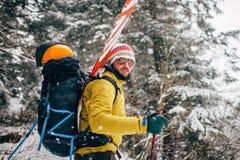 Jonge mens met ski die zich in het sneeuwbos bevinden Royalty-vrije Stock Fotografie