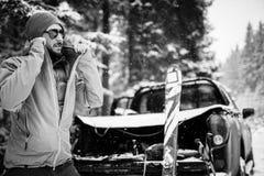 Jonge mens met ski in het sneeuwbos Stock Afbeelding