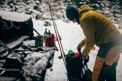 Jonge mens met ski in het sneeuwbos Royalty-vrije Stock Foto