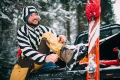Jonge mens met ski in het sneeuwbos Royalty-vrije Stock Fotografie