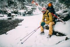 Jonge mens met skizitting in het sneeuwbos Royalty-vrije Stock Afbeelding