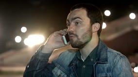 Jonge mens met slecht nieuws op zijn celtelefoon stock footage