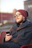 Jonge mens met smartphone stock afbeeldingen