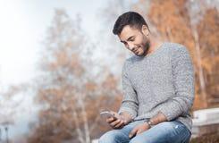 Jonge mens met smartphone royalty-vrije stock foto
