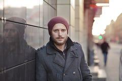 Jonge mens met snor en baard royalty-vrije stock fotografie