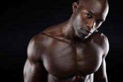 Jonge mens met spierbouwstijl Stock Foto