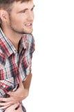 Jonge mens met sterke maagpijn die op witte achtergrond wordt geïsoleerd stock afbeeldingen
