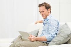 Jonge Mens met Tablet stock afbeelding