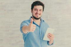 Jonge mens met tablet Royalty-vrije Stock Afbeelding
