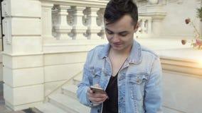 Jonge mens met tabletPC stock videobeelden
