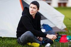 Jonge mens met toeristentheepot Royalty-vrije Stock Afbeelding