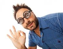 Jonge mens met uitdrukking van O.K. en dikke glazen stock afbeeldingen