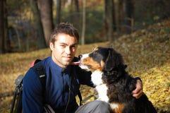 Jonge mens met zijn hond Stock Afbeeldingen