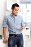 Jonge mens mobiel gebruiken Royalty-vrije Stock Afbeelding