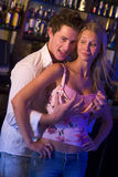 Jonge mens in nachtclub het grijpen borsten royalty-vrije stock afbeeldingen
