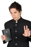 Jonge mens nadenkend met bijbel en vredesteken stock foto's