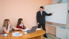 Jonge mens om op een vergadering te spreken Stock Foto