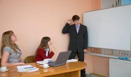Jonge mens om op een vergadering te spreken Stock Foto's