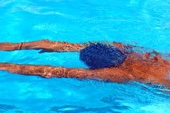 Jonge mens onder water stock afbeelding