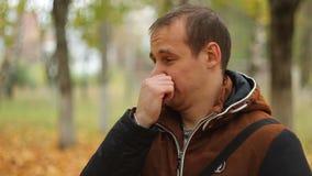 Jonge mens op aard, geuren slecht iets stock videobeelden