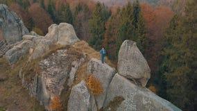 Jonge mens op de heuvel van een berg Zakenman Bruidegom bruidegom lucht stock foto's