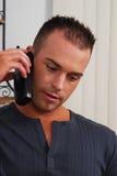 Jonge mens op de telefoon Royalty-vrije Stock Afbeeldingen