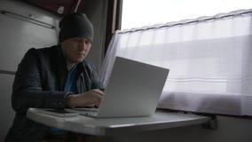 Jonge mens op de trein stock videobeelden