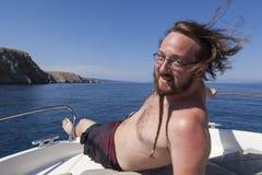 Jonge mens op een boot royalty-vrije stock foto
