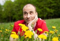 Jonge mens op het gras Royalty-vrije Stock Foto