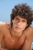 Jonge mens op het strand Stock Fotografie