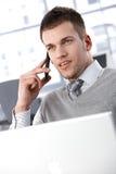 Jonge mens op mobiel Stock Foto's