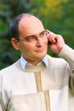 Jonge mens op mobiele telefoon Stock Foto's