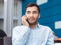 Jonge mens op mobiele telefoon stock afbeelding