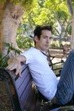 Jonge mens op parkbank Royalty-vrije Stock Afbeeldingen