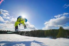Jonge mens op snowboard stock foto's