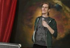 Jonge mens op stadium met microphone_3 Stock Foto
