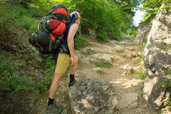 Jonge mens op wandelingsreis royalty-vrije stock foto